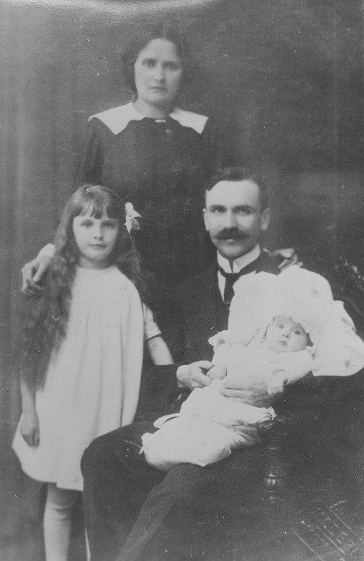 dr1 03 [MS su seima 1920m. zmona Brone, dukromis Danute ir A