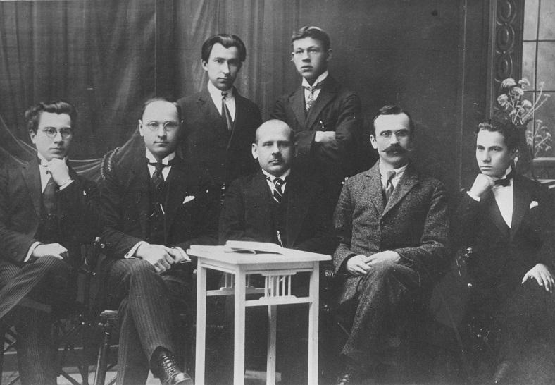 dr1 10 [''LIETUVOS'' dienrascio redakcija apie 1924m. stovi-