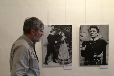 G.Babravičius (kairėje) prie J. Gelgaudo nuotraukos